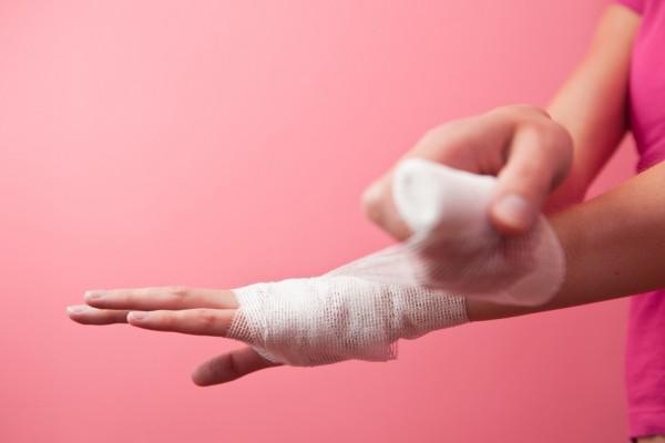 Zwichnięcie ręki, kostki czy palca zdarza się nie tylko u sportowców/fot. Fotolia